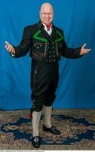 Mannsbunad fra Øst-Telemark med svart jakke og grønne biser samt filigran mansjett knapper i sølv