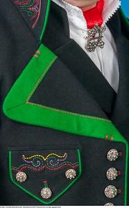 Mannsbunad fra Øst-Telemark med svart jakke og grønne biser samt silkesjerf