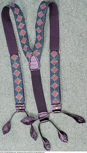 Mannsbunad fra Øst-Telemark med svart jakke og grønne biser Håndbroderte bukseseler til mannsbunad