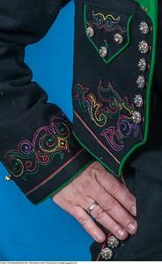 Mannsbunad fra Øst-Telemark med svart jakke og grønne biser samt lang bukse
