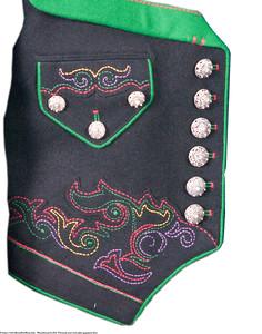 Mannsbunad fra Øst-Telemark med svart jakke og grønne biser samt håndlagde Filigran sølv knapper