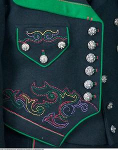 Mannsbunad fra Øst-Telemark med svart jakke og grønne biser samt brodert linskjorte