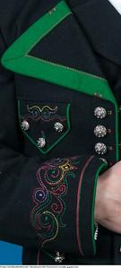 Mannsbunad fra Øst-Telemark med svart jakke og grønne biser leveres med ullvest