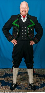 Mannsbunad fra Øst-Telemark med svart jakke og grønne biser samt kort bukse