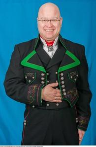 Mannsbunad fra Øst-Telemark med svart jakke og grønne biser samt svart ullvest
