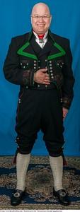 Mannsbunad fra Øst-Telemark med svart jakke og grønne biser. Be om komplett tilbud.