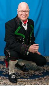 Mannsbunad fra Øst-Telemark med svart jakke og grønne biser håndstrikkede strømper