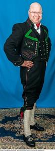 Mannsbunad fra Øst-Telemark med svart jakke og grønne biser samt linskjorte og Filigran sølv