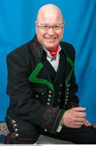 Mannsbunad fra Øst-Telemark med svart jakke og grønne biser bundadpose