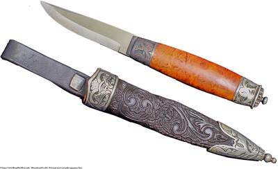 Mannsbunad fra Øst-Telemark med svart jakke og grønne biser Tradisjonell Telemark kniv med sølv dekor på holk og slire. Telemark kniven er håndsmidd med utskåret slire av lær i tradisjonell mønster.