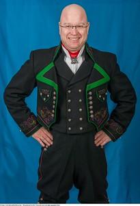 Mannsbunad fra Øst-Telemark med svart jakke og grønne biser samt nikkers
