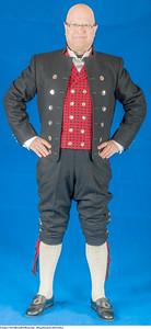 Mannsbunad fra Østerdalen med kort svart jakke
