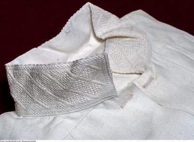 Mannsbunad fra Østfold håndbrodert linskjorte med kvitsaum mønster