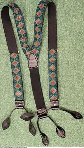 Mannsbunad fra Østfold med håndbroderte bukseseler