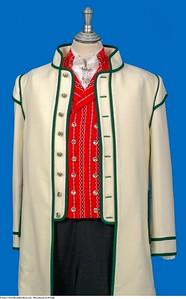 Mannsbunad fra Østfold med hvit jakke i engelsk klede med grønne biser
