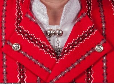 Mannsbunad fra Østfold med brodert linskjorte