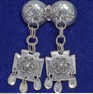 Mannsbunad fra Østfold leveres med halsnål i sølv. Denne type bunadsølv er også kalt Bergensølv fra gammelt av.