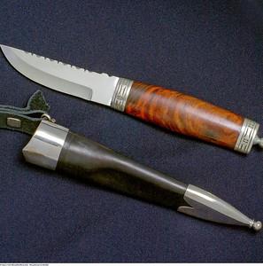 Handsmidd bunadskniv med sølv beslag er et naturlig tilbehør til Mannsbunad fra Østfold. Bunadskniven er laget i en tidløs design etter inspirasjon av nåtidens fremste knivsmeder i Norge. Dette er en kniv som bygger på en gammel norsk knivtradisjon hvor håndverk og kvalitet står i fokus