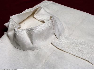 Mannsbunad fra Østfold Linnskjorte med fransk broderi også omtalt som kvitsaum. Skjortene er håndbrodert.