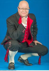 Mannsbunad fra Rogaland med rød vest og håndbroderte bukseseler