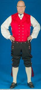 Mannsbunad fra Rogaland med rød vest og hosebånd