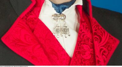 Mannsbunad fra Rogaland med rød vest og halsnål i sølv