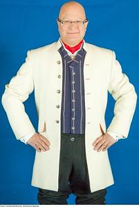 Mannsbunad fra Romerike med lang hvit jakke