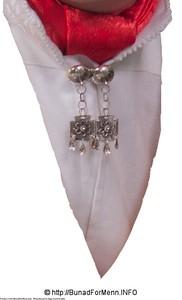 Mannsbunad fra Sogn med kvit jakke med halsnål i sølv sammen med silkesjerf