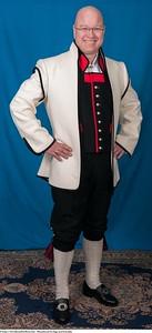 Mannsbunad fra Sogn med kvit jakke og håndbroderte bukseseler