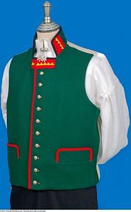 Mannsbunad fra Sogn med kvit jakke og grønn vest samt Bergensølv
