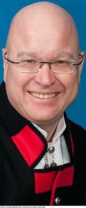 Mannsbunad fra Sogn med kvit jakke og silkesjerf