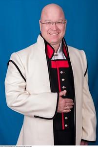Mannsbunad fra Sogn med kvit jakke og halsnål i sølv