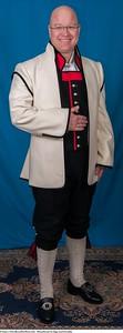 Mannsbunad fra Sogn med kvit jakke og mansjett knapper i sølv