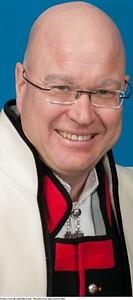 Mannsbunad fra Sogn med kvit jakke og bundadpose