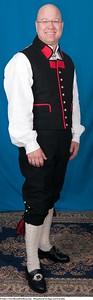 Mannsbunad fra Sogn med kvit jakke og sølv knapper