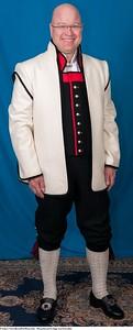 Mannsbunad fra Sogn med kvit jakke og håndstrikkede strømper