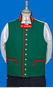 Mannsbunad fra Sogn med kvit jakke og grønn vest med gult mønster på kragen