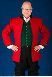 Mannsbunad fra Sogn med rød jakke og grønn vest og kort bukse