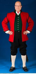 Mannsbunad fra Sogn med lang rød jakke og grønn vest