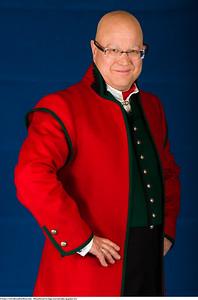 Mannsbunad fra Sogn med rød jakke og grønn vest og nikkers