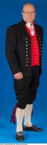 Mannsbunad fra Sunnmøre med håndbrodert linskjorte