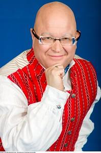 Mannsbunad fra Trøndelag med kvit jakke og bundadpose