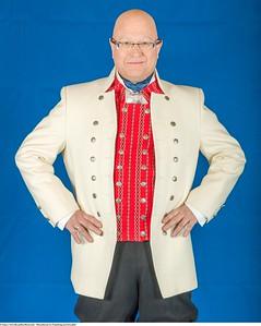 Mannsbunad fra Trøndelag med kvit jakke og kort bukse
