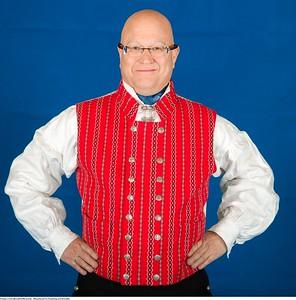 Mannsbunad fra Trøndelag med kvit jakke og mansjett knapper i sølv