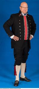 Mannsbunad fra Trøndelag med svart jakke og kort bukse