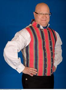 Mannsbunad fra Trøndelag med svart jakke og håndbroderte bukseseler