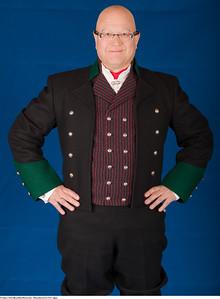 Mannsbunad fra Vest-Agder med svart kort jakke med grønne besettning