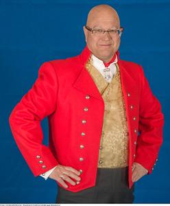 Mannsbunad fra Vestfold med rød jakke og gul silkebrokadevest samt silkeskjerf