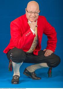 Mannsbunad fra Vestfold med rød jakke og gul silkebrokadevest med mansjettknapper