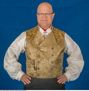 Mannsbunad fra Vestfold med rød jakke og gul silkebrokadevest med halsnål
